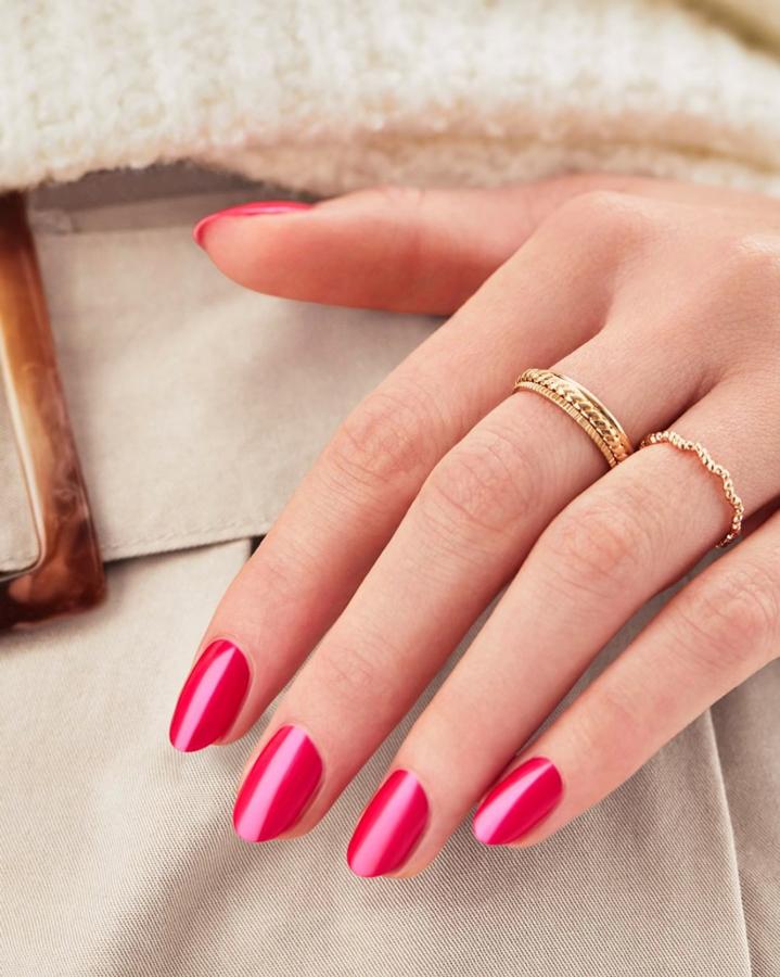 Schöne Hand mit lackierten Nägel